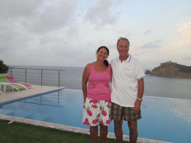 """Véronique et Johnny Antony, propriétaires de """"Couleur Méditerranée"""", une maison d'hôtes ouverte en 2014 . Ici, devant leur piscine sur les hauts de Tabarka - Photo : M.S."""