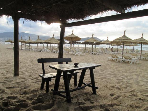 La plage de l'hôtel Méhari (4* nl), en fin de matinée le dimanche 3 juillet 2016 (période de ramadan).