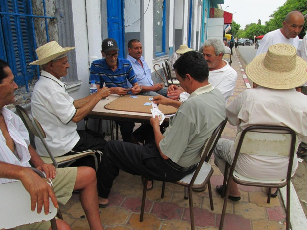 Partie de cartes sur le trottoir. Des joueurs indifférents à ma présence et à ma photo.