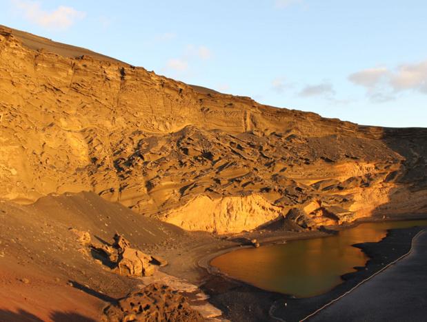 A moins de 100 km de l'Afrique, le relief ressemble par endroits à celui du Sahel. Dunes, palmiers, plantes sèches… ajoutez-y de vieux cônes volcaniques et vous obtenez un paysage minéral, que les randonneurs apprécient - Photo AB
