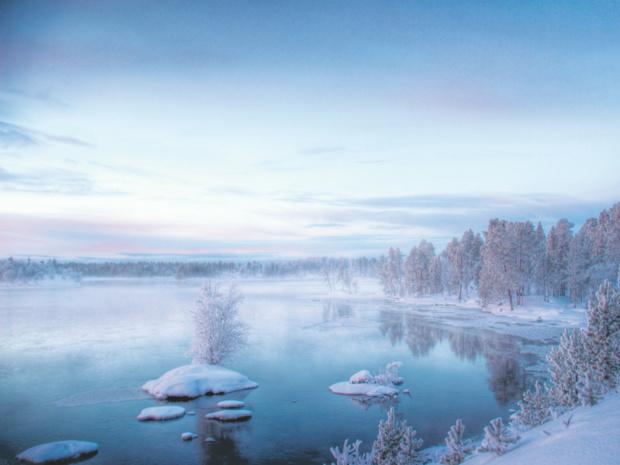 Sur ces terres septentrionales, l'hiver est le temps du « kaamos », la nuit polaire.   Le soleil reste sous l'horizon, créant au plus fort de la journée un halo doux et ouaté avant de céder la place à l'obscurité © Fotolia