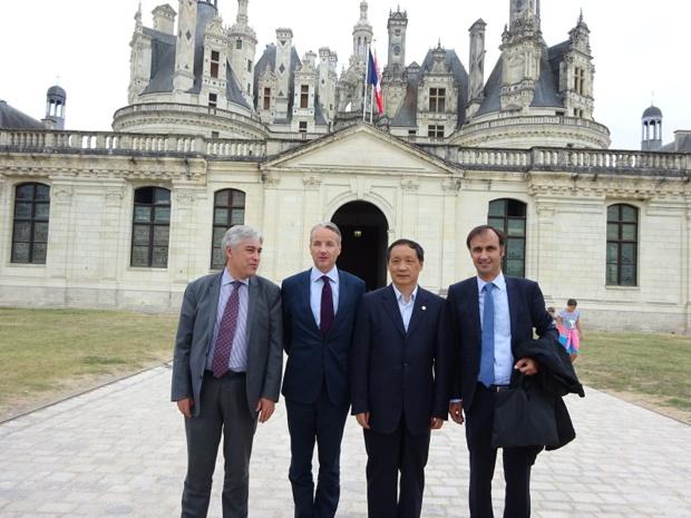 de gauche à droite, Pierre-Alain Roiron, Président du Comité régional du Tourisme Centre Val-de-Loire, Jean d'Haussonville, Directeur général du Domaine national de Chambord, LI Jinzao, Ministre Chinois du Tourisme, Jean-François Pezaire, Directeur de Cabinet de l'Agglomération Montargoise