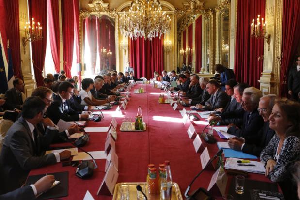 Jean-Marc Ayrault a réuni aujourd'hui une cinquantaine de professionnels et de partenaires du secteur du tourisme au ministère des affaires étrangères et du développement international, à l'occasion de la deuxième réunion du comité d'urgence économique pour le tourisme - Photo : F. De la Mure / MAEDI