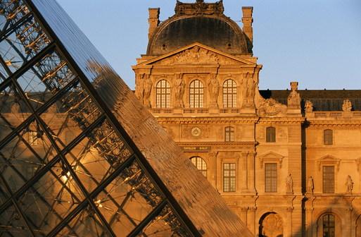 Musée du Louvre et Pyramide du Louvre © Paris Tourist Office - Photographe : David Lefranc