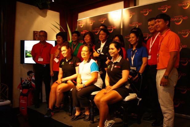 Lundi 19 septembre, toute l'équipe de l'office de tourisme de Thaïlande, dont le directeur exécutif Tanes Petsuwan (au second plan, au centre, en veste noir et chemise blanche), était réunie au restaurant le Blue Elephant (Paris 11e) pour entourer la nouvelle ambassadrice de la marque Thaïlande, Ariya Jutanagarn, n°2 mondial de golf (à gauche au premier plan). DR – HL