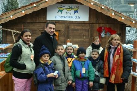 Jean-Marc Coppola, président du Comité régional du tourisme, entouré des enfants-ambassadeurs