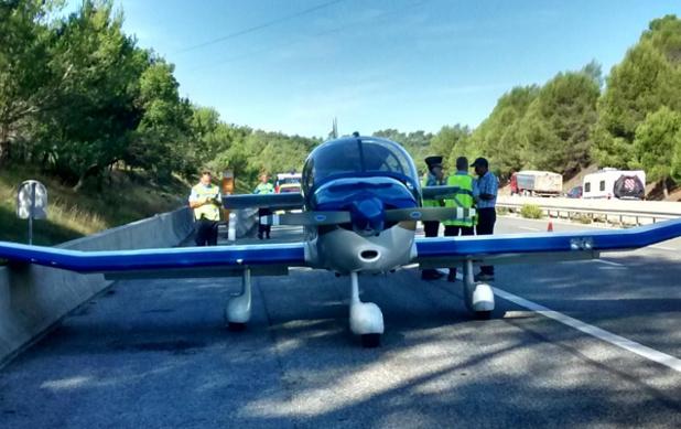 L'avion a réussi à se ranger sur le côté de la route sans provoquer d'accident - Photo : Var Matin/Twitter