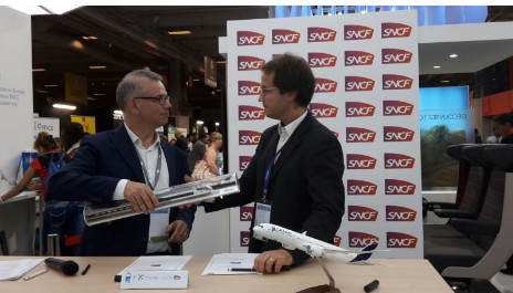 LATAM Airlines et la SNCF ont signé leur accord sur TGV Air à l'occasion de l'IFTM-Top Resa 2016 - Photo : LATAM Airlines