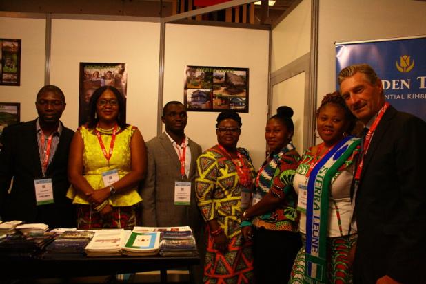 L'équipe représentant les couleurs de la Sierra Leone sur IFTM Top Résa, de gauche à droite : Alieya Kargbo, responsable voyage de l'agence Tourism is Life Tours, Fatmata Abe-Osagie, directrice de l'office de tourisme de Sierra Leone, Mohamed Jalloh, directeur du tourisme au ministère du Tourisme et des Affaires culturelles, trois employées de l'OT et enfin Olivier Thery, représentant France et Belgique de la Sierra Leone.