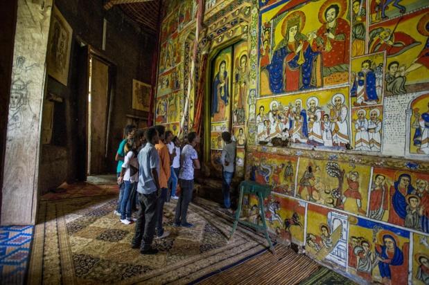 Un groupe de touristes dans un monastère du lac Tana. Les îles boisées du lac Tana  - nouvelle Réserve de Biosphère de l'Unesco - et  les péninsules sont parsemées de monastères construits pour la plupart entre le 13ème et 19ème siècle. Photo OT.