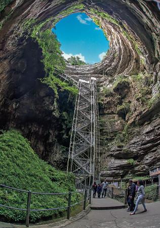 Le Gouffre de Padirac descend à 103 mètres sous terre - Photo : © L. Nespoulous/SES de Padirac