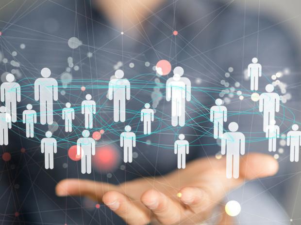 La nouvelle fonctionnalité permet aux voyageurs d'identifier leurs contacts et leur suggère des profils pertinents avec qui se connecter dans la ville dans laquelle ils sont en déplacement © Fotolia