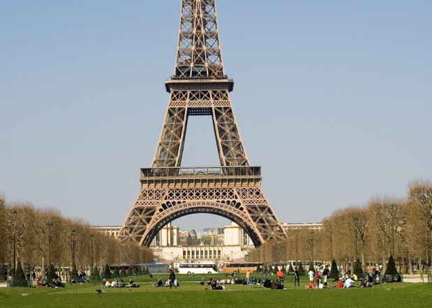 A 60% rise in the cost of tour buses parking in Paris causes tour bus owners'wrath