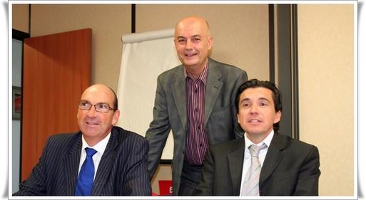 Gilbert CISNEROS, Président (centre) Didier SYLVESTRE, Directeur Commercial (dte) et Olivier BESNARD Directeur du Développement