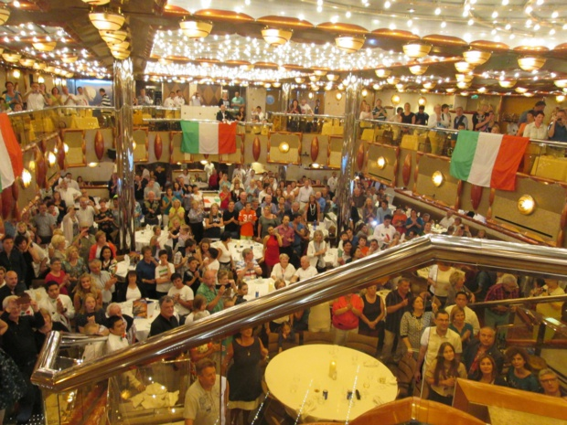 Grand dîner à l'italienne au restaurant  Duca d'Orléans. Ambiance joyueuse. La compagnie a sorti les drapeaux. Le personnel a fait le show. Nous, on a fait tourner les serviettes. Photo MS.