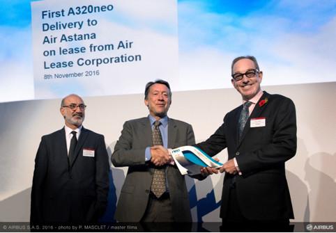 Légende de la photo: M. Peter Foster, Président d'Air Astana, M. Chris Buckley Chef de l'Europe / Afrique / Asie-Pacifique / Cargo & Asset d'Airbus et M. Alex Khatibi, Vice-Président Exécutif Marketing et affaires commerciales d'ALC.