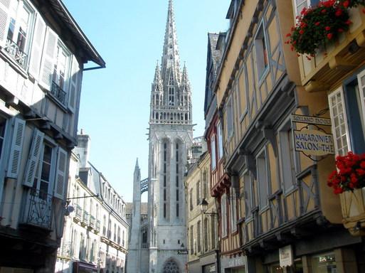 Quimper - Rue Kéréon - Vue sur la Cathédrale Saint Corentin