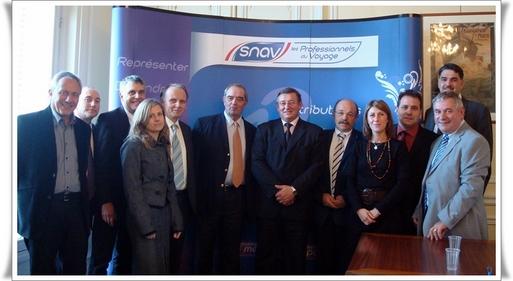 Photo de la Commission Tourisme « FNTV-SNET » dans les locaux du SNAV en compagnie de Michel SEYT, Président de la Commission Tourisme et de Georges COLSON, Président du SNAV.