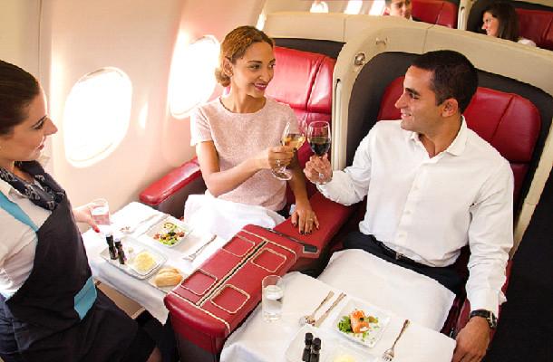 Les passagers du Tour du Monde de Safrans du Monde pourront profiter de la cuisine d'un chef expérimenté à bord de l'avion privé - Photo : Safrans du Monde