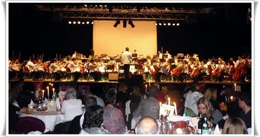 L'Orchestre symphonique des jeunes de Vera Crux (Mexique), avec une centaine de musiciens sur scène, a donné un relief tout particulier à la grande soirée du Salon (cliquer pour agrandir)