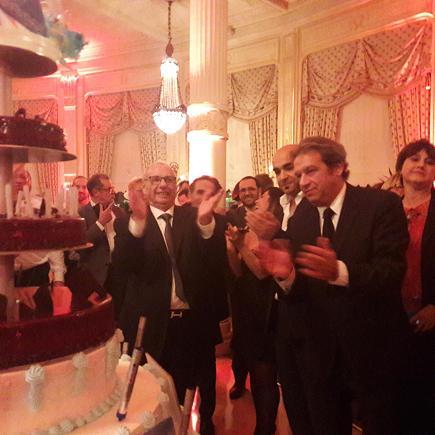 Près du gâteau d'anniversaire et de ses 30 bougies, Jean Korcia président du réseau Manor et Georges Rudas président d'Amadeus France.