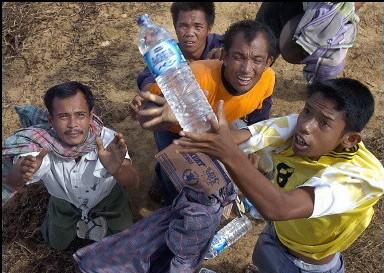 L'aide vient du ciel pour les populations en Indonésie - © AFP Choo Youn Kong