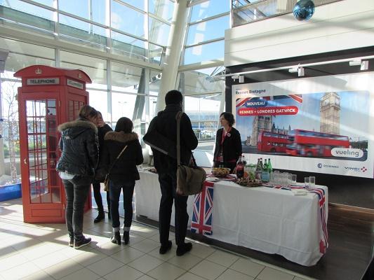 Les passagers du premier vol de Vueling à destination de Londres-Gatwick ont eu droit à un buffet anglais à l'aéroport de Rennes - Photo : Aéroport de Rennes