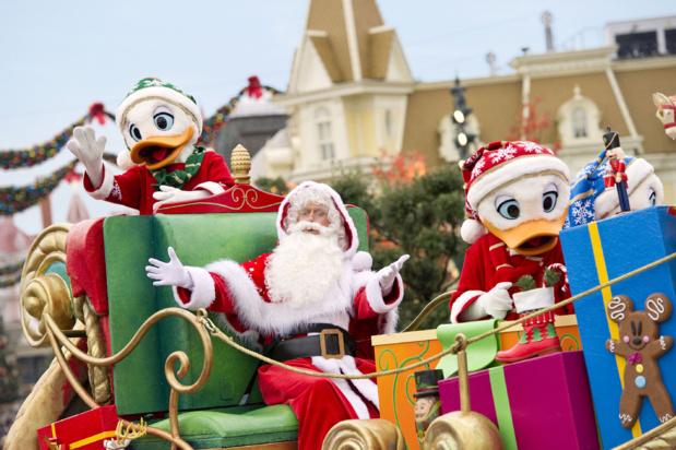 Le Père Noël, entouré de Mickey et de Minnie, vient chaque soir illuminer le sapin de 24m de haut sur Time Square - Photo: Disneyland Paris
