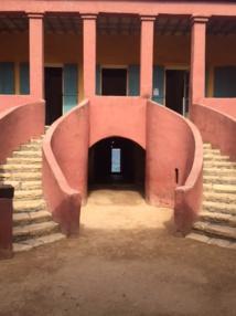"""Maison des esclaves à Gorée : les escaliers conduisent à la chambre des négriers, au rez-de-chaussée, le couloir mène à la porte du """"voyage sans retour"""" - DR : J.-P. C."""