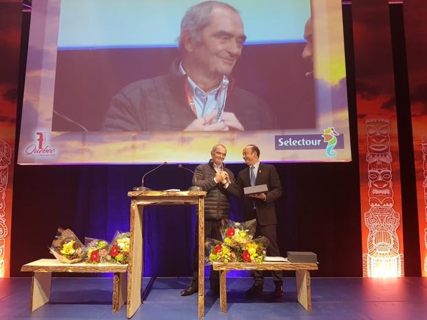 Lors du Congrès Selectour à Québec, Laurent Abitbol président de la coopérative a rendu hommage à Georges Colson - Photo CE
