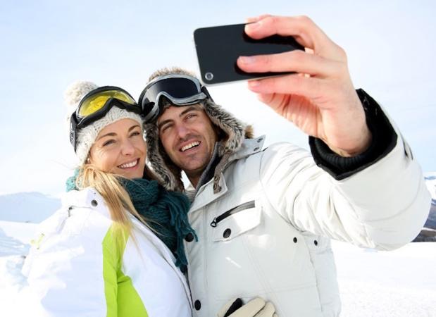 Les usages du mobile sont de plus en plus nombreux et en forte augmentation lors des séjours à la montagne © goodluz - Fotolia.com