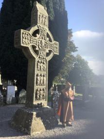 Le révérend frère Mick raconte l'histoire de la croix de Muiredach, la plus belle d'Irlande - Photo J.-P.C.