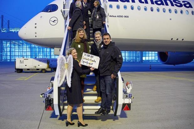L'ange de Noël de Lufthansa, Anja Oskoui, transmet le chèque aux représentants de l'orphelinat de Munich. De gauche à droite : Kathrin Krist, gestionnaire de l'orphelinat, Daniel Fritsch, chef de division des nouveaux bâtiments et des enfants réfugiés et Martina Chaborski, coordinatrice des dons - Photo : Lufthansa