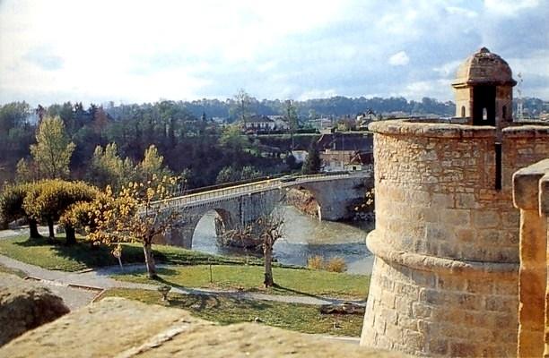 Sur la colline dominant les eaux roulantes du Gave d'Oloron se dressent les remparts de Navarrenx - DR : Jaume, Wikimedia Commons
