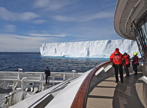 Nous pénétrons dans des paysages constitués d'une palette de couleurs qui varie du blanc immaculé au bleu intense : de la banquise, des icebergs et de la calotte glaciaire - DR : C. Pérot