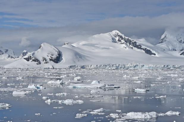 Avec douceur, le navire vogue au plus près de ces cathédrales de glace - DR : C. Pérot