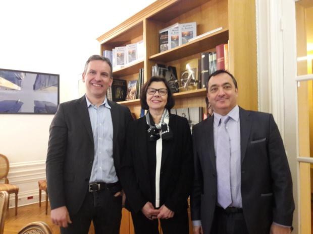 Entourant Alix Philipon, présidente de l'APST, le 3 500e adhérent, Lionel Rabiet (Croisières d'Exception) et Emmanuel Toromanof, secrétaire général de l'APST - Photo : M.S.