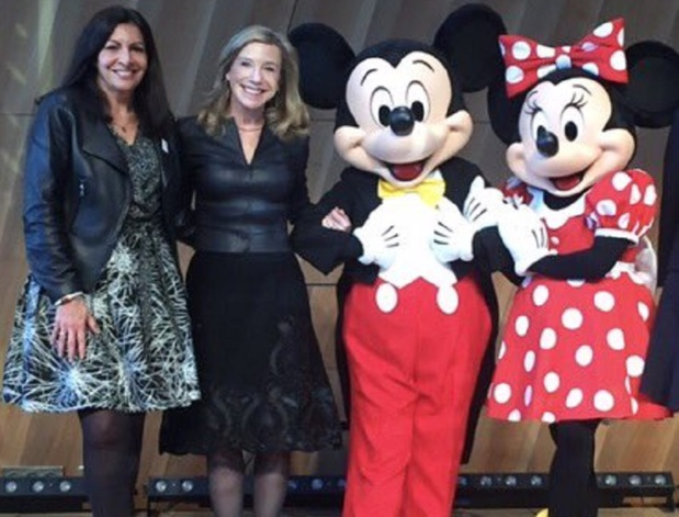 Dame Hidalgo, notre Maire à Paris, a envoyé une belle photo à Donald Trump, entourée de Mickey et Minnie Disney - DR : Compte Twitter Anne Hidalgo