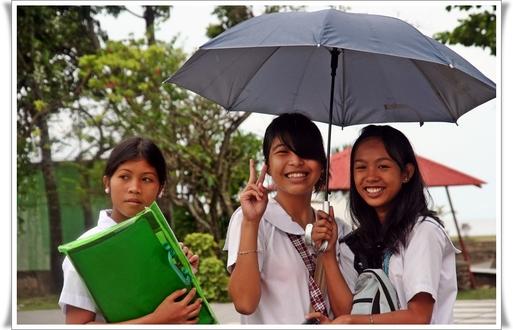 Le Philippin est jeune (50% de la population a moins de 20 ans) et joyeux. Aux invasions et coups d'état, il opposera son sempiternel optimisme et sa joie de vivre.