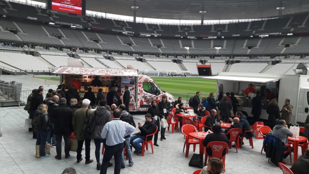 Au salon Eluceo, pause food truck au bord de la pelouse du Stade de France - Photo : M.S.