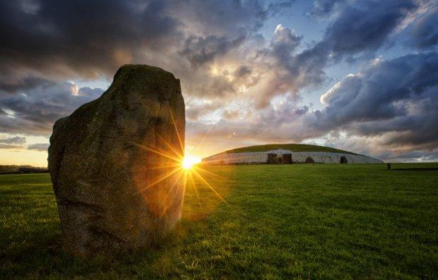 A l'est de l'île, dans les Terres Ancestrales, Le site préhistorique de Newgrange . Antérieure aux pyramides égyptiennes, elle est classée au patrimoine mondial de l'Unesco). Il est conçu de manière à ce qu'il y ait un alignement parfait de lumière lors du solstice d'hiver. Photo Ireland Tourism.