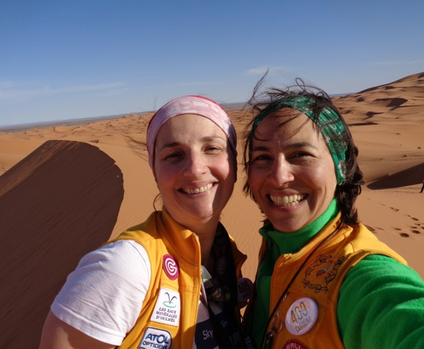 Armelle et Caroline au Maroc à l'occasion de l'étape dans les dunes - Photo Rallye Aïcha des Gazelles