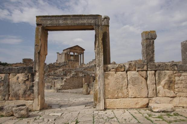 Le patrimoine archéologique tunisien et l'un des plus riches du Bassin méditerranéen avec plusieurs centaines de sites antiques. Une vingtaine présente un intérêt majeur. Huit figurent au Patrimoine Mondial de l'UNESCO dont les vestiges de la  cité numide puis romaine de Dougga sur la photo. Douze sont sur la liste indicative. Photo ONTT.