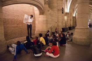 Pendant les vacances de printemps des visites participatives pour les familles leur permettent de découvrir l'Histoire des monuments de la Cité. DR: Lucie Cipolla
