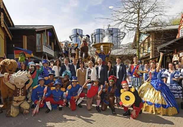 """La famille Mack propriétaire d'Europa-Park se réjouit avec les artistes de la """"Ed's Party Parade"""" de l'ouverture de la saison 2017."""