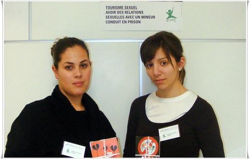 Sur la photo Sophie Torreborre et Mélody Rossi en première année de l'Institut de Tourisme Sainte Marie de Cannes sont les premières à tenir le stand.