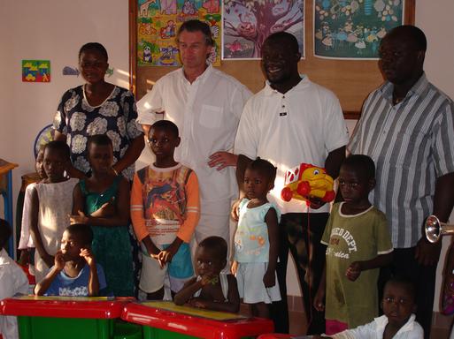 A Cotonou Olivier Théry rencontre Florent Koudoro directeur d'un orphelinat à qui Chemins de sable reverse une participation solidaire