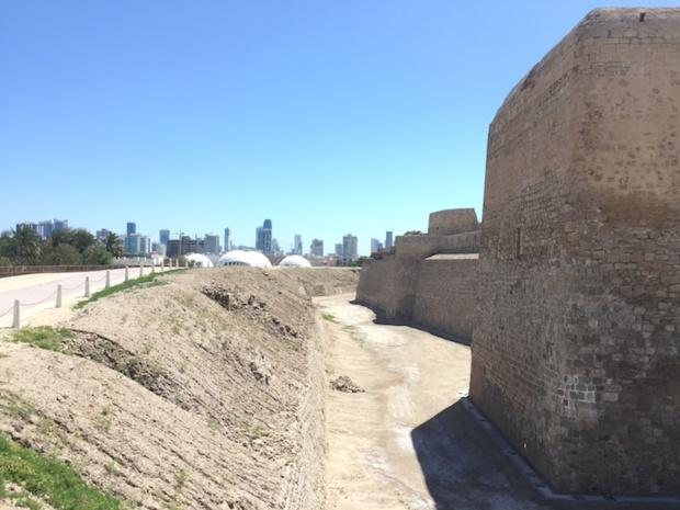 Depuis le fort Qal'at al-Bahreïn, site habité depuis -2000 avant JC et classé au patrimoine mondial de l'Unesco, vue sur la capitale du royaume de Bahreïn, Manama. © PG Tourmag