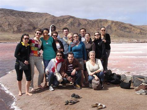 Le groupe Heliades devant les salines de Pedra Lume à Sal