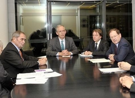 Première séance de travail à Bercy, autour d'Hervé Novelli, François Drouin président d'Oséo et Georges Colson président du SNAV